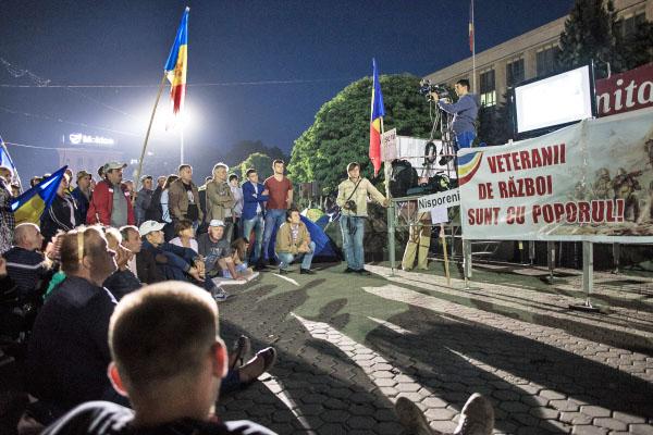 Участники антиправительственных акций у здания правительства Молдавии в Кишиневе.