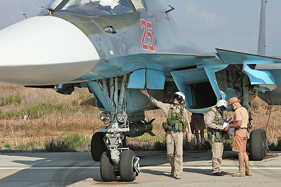 Пилоты истребителя Су-34 авиационной группировки ВКС России в Сирии