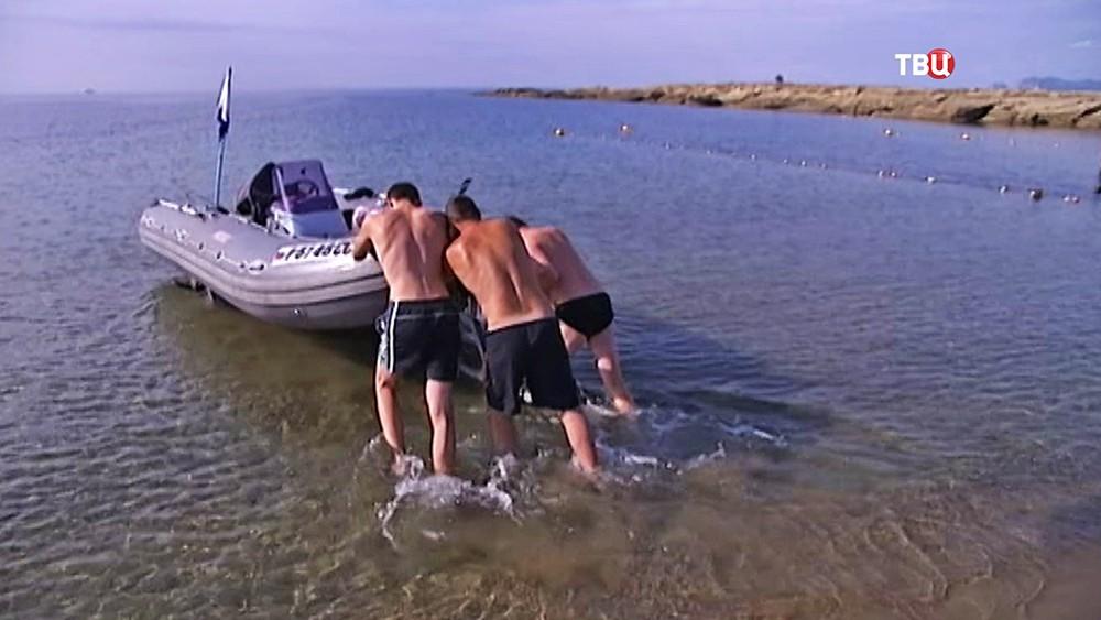 Надувная лодка на берегу Крыма