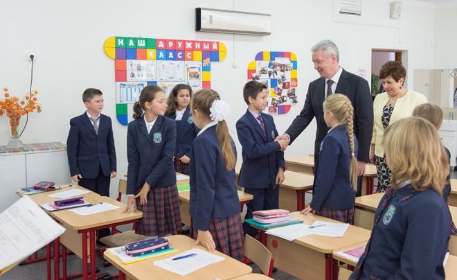 Сергей Собянин общается с учениками