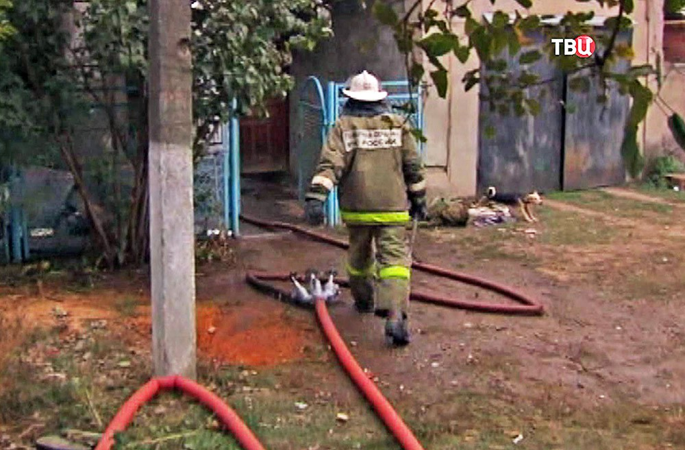 Пожарные на месте возгорания в частном доме