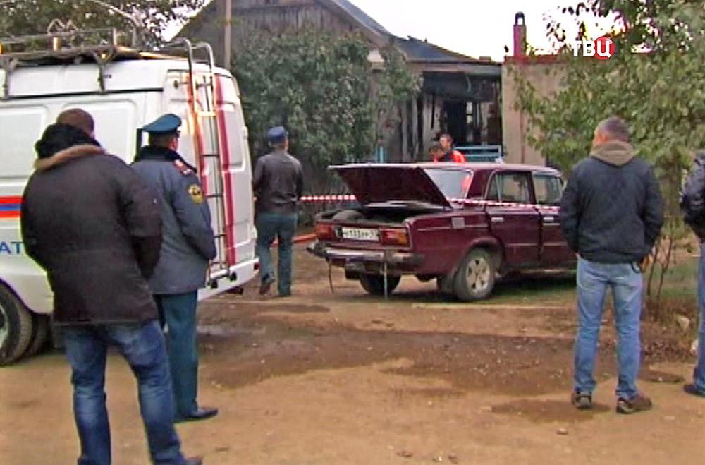 Пожарные на месте возгорания в частном доме на Кубани