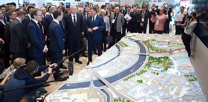 Мэр Москвы Сергей Собянин во время посещения Московского урбанистического форума-2015
