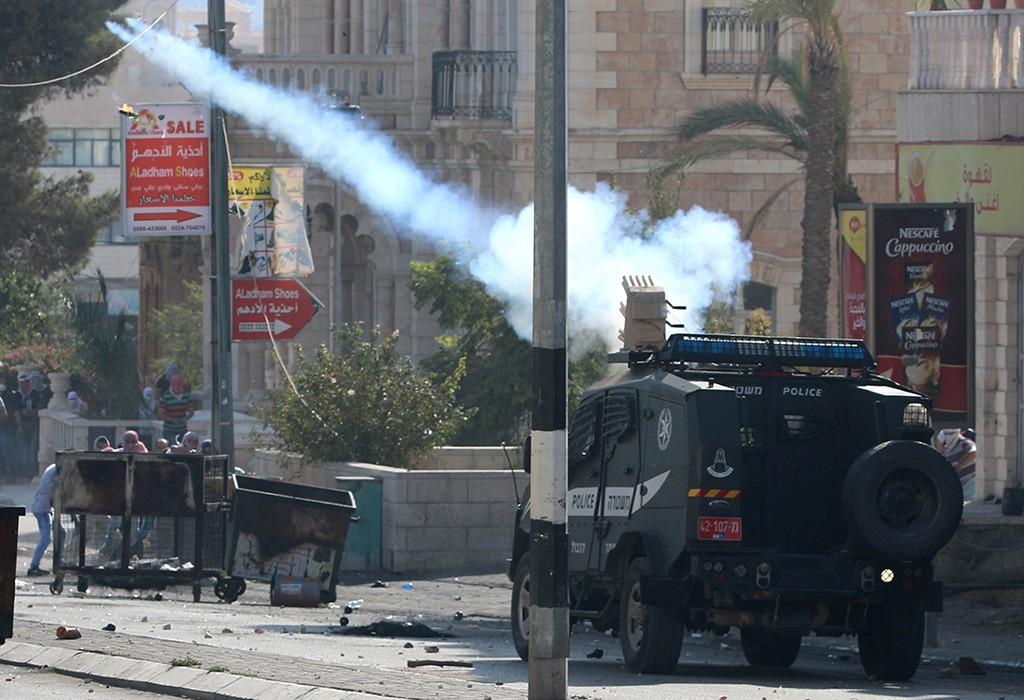 Применение слезоточивого газа во время разгона демонстрантов