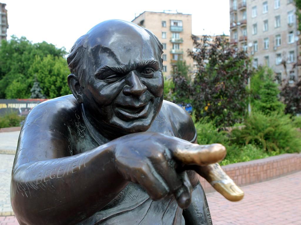 Памятник посвященный народному артисту СССР Евгению Леонову