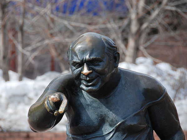 Памятник Евгению Леонову на Мосфильмовской улице