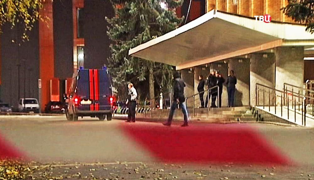 Машины Следственного комитета у здания городской администрации Красногорска