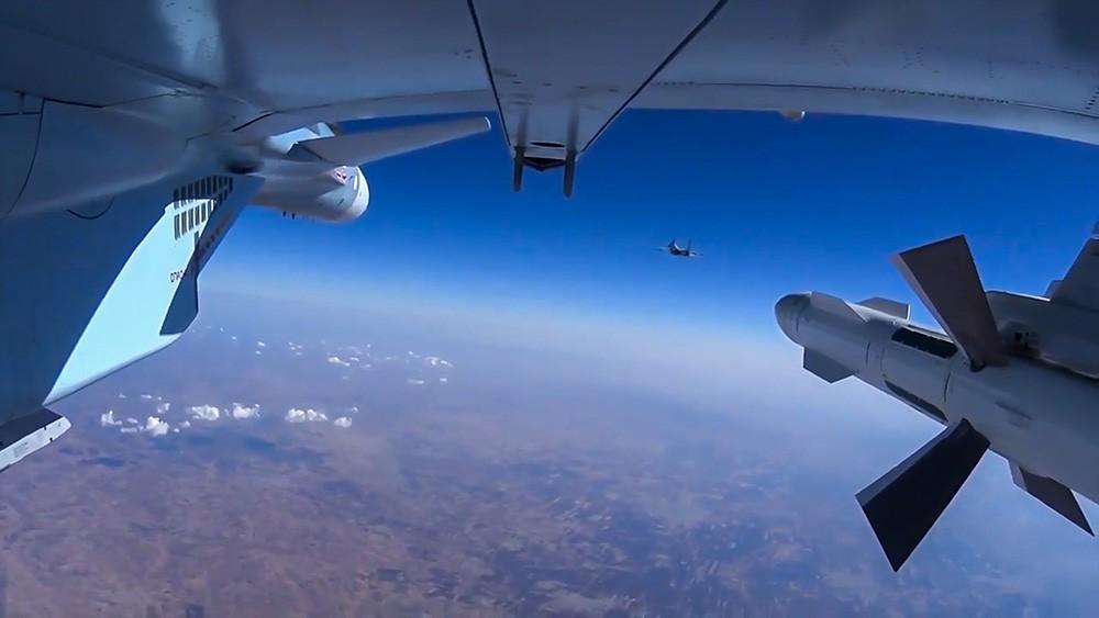 Истребитель Су-30СМ ВКС России во время боевого вылета в Сирии