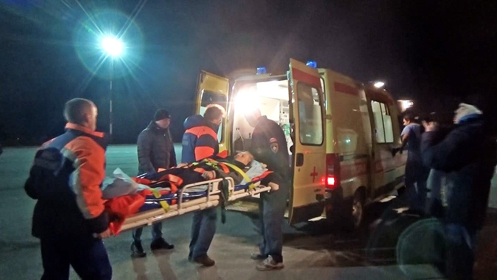 Сотрудники МЧС передают медикам пострадавших
