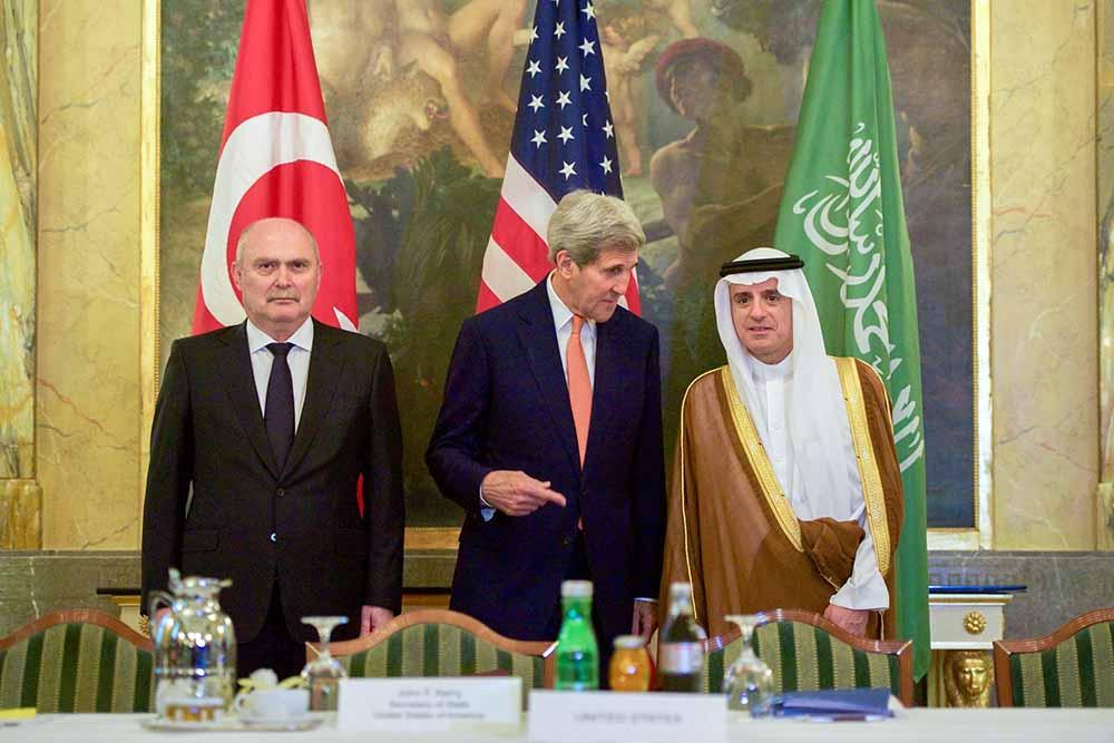Госсекретарь США Джон Керри, министр иностранных дел Турции Феридун Синирлиоглу и глава МИД Саудовской Аравии Адель аль-Джубейр