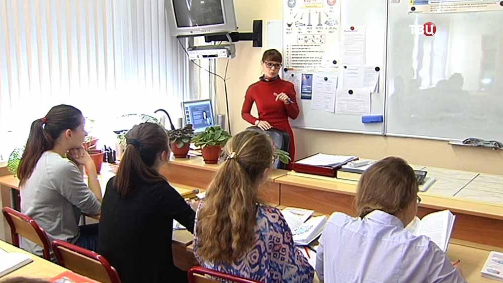 Учительница и старшеклассники на уроке