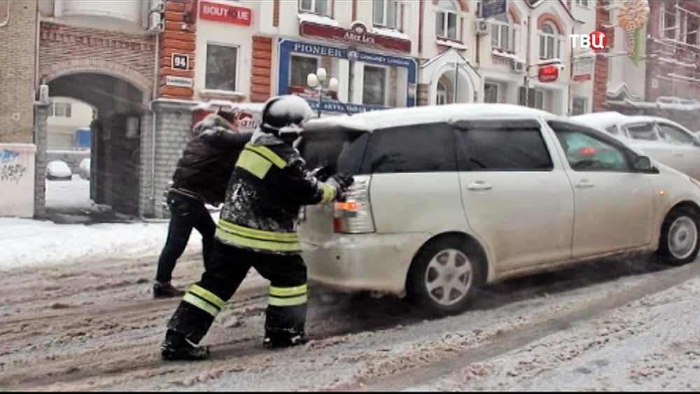 Сотрудники МЧС ликвидируют последствия снегопада