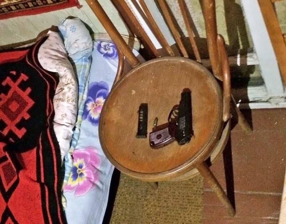 Пистолет на месте обнаружения тела подозреваемого в совершении четырех убийств в подмосковном Красногорске Амирана Георгадзе