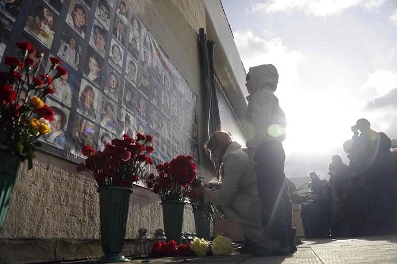 Москвичи во время траурной акции в память о погибших при захвате заложников в Театральном центре на Дубровке