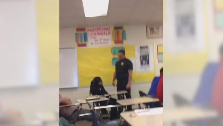 Американский полицейский выволок чернокожую школьницу из класса