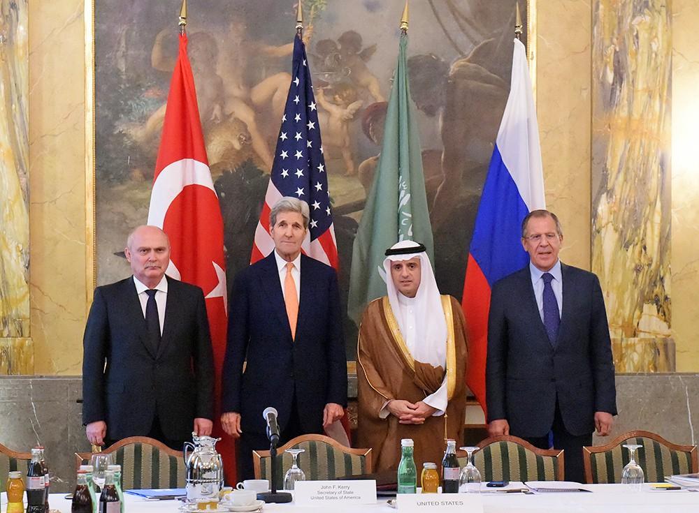 Адель аль-Джубейр, Джон Керри, Феридун Синирлиоглу и Сергей Лавров на министерской встрече в Вене