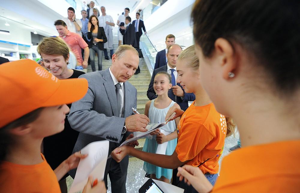 Владимир Путин во время посещения образовательного учреждения