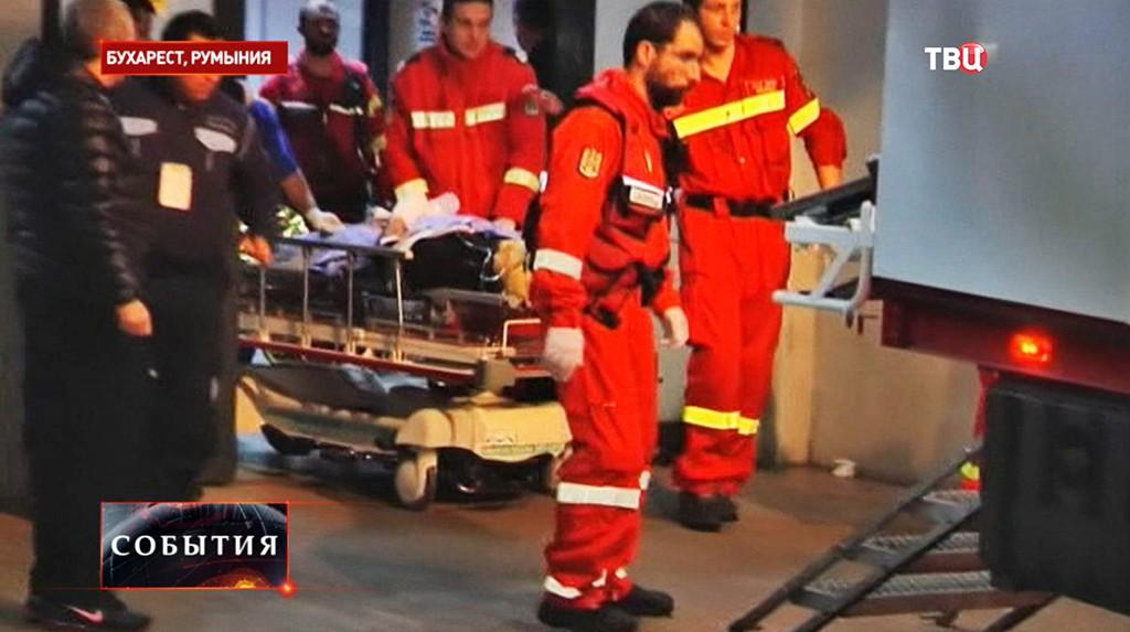 Сотрудники скорой помощи на месте происшествия в Бухаресте