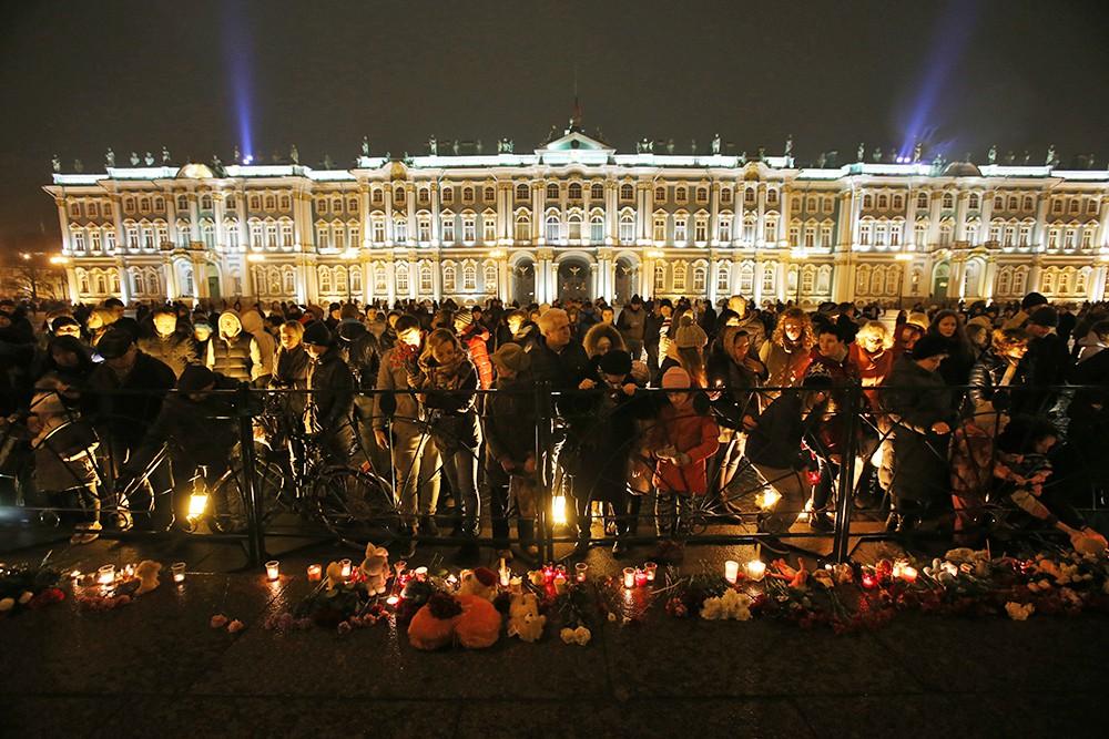 Жители Санкт-Петербурга возлагают цветы и зажигают свечи на Дворцовой площади в память о жертвах авиакатастрофы российского авиалайнера в Египте