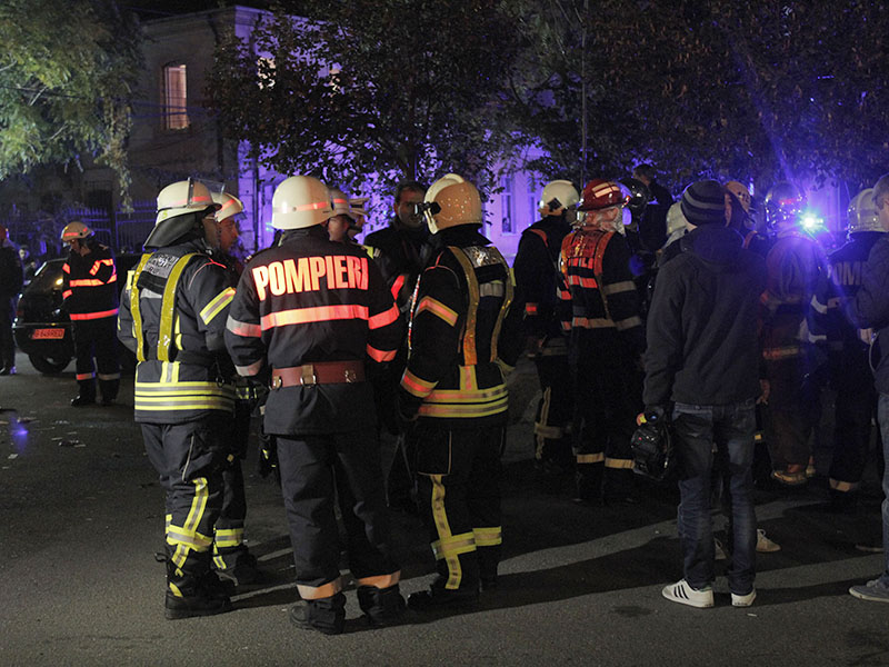 Спасатели на месте пожара в Бухаресте