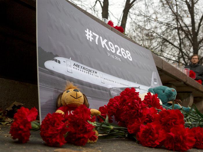 """Цветы и свечи в память о жертвах авиакатастрофы самолёта авиакомпании """"Когалымавиа"""""""