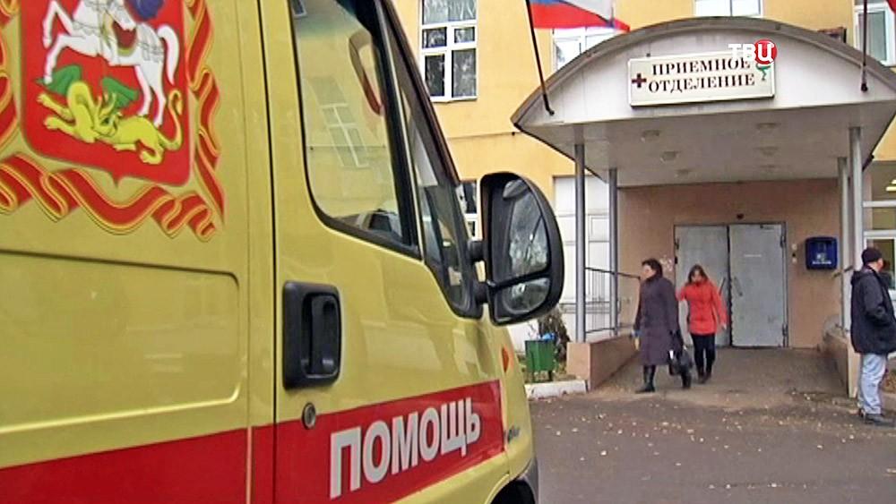 Машина скорой помощи возле приёмного отделения больницы