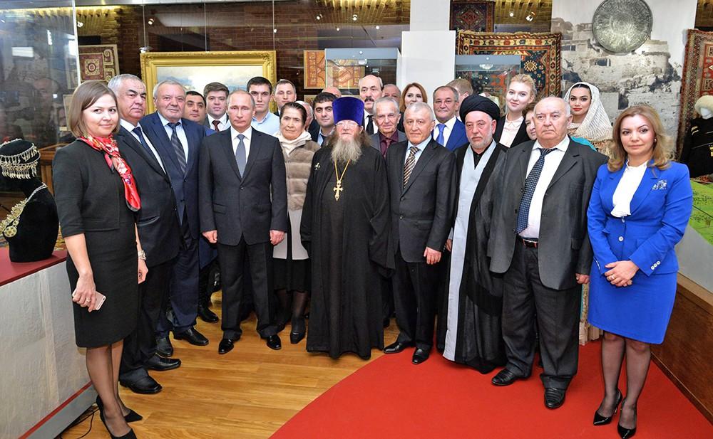 Президент России Владимир Путин с представителями научных, культурных, религиозных и общественных организаций Республики Дагестан