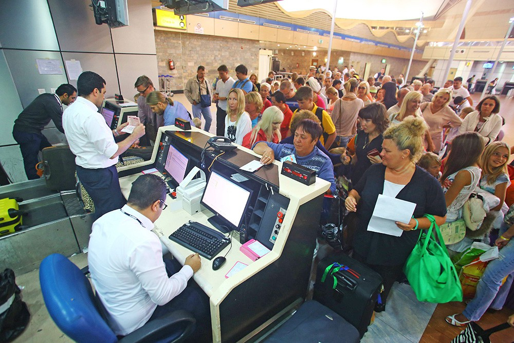 Туристы у стойки регистрации в аэропорту Египта