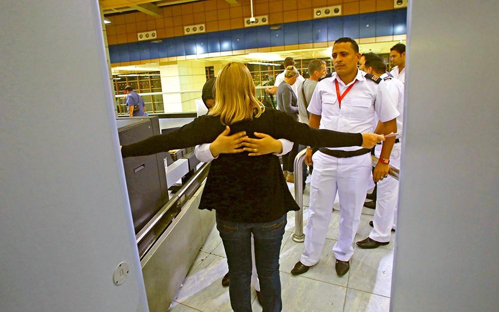 Пограничный досмотр туристов в аэропорту Египта