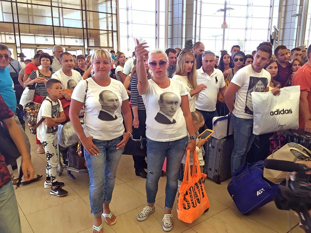 Российские туристы в аэропорту Египта