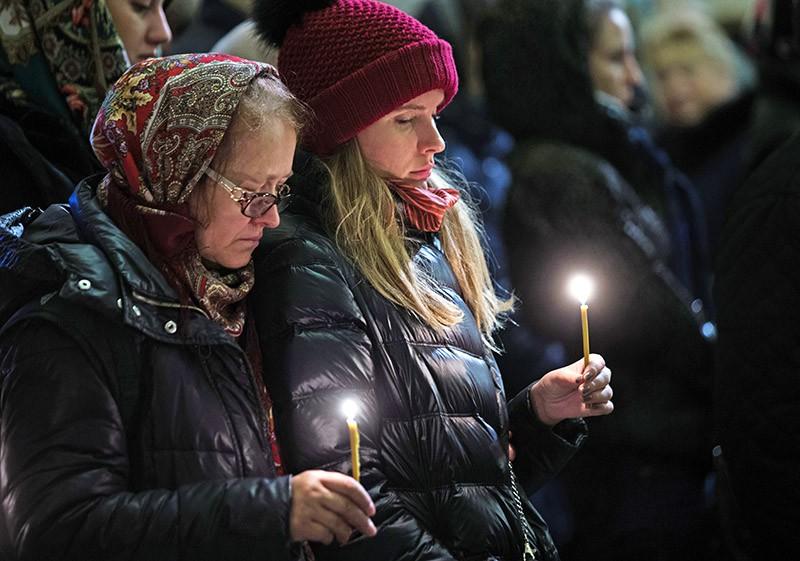 Жители Санкт-Петербурга во время поминальной службы по жертвам авиакатастрофы А321 в Исаакиевском соборе