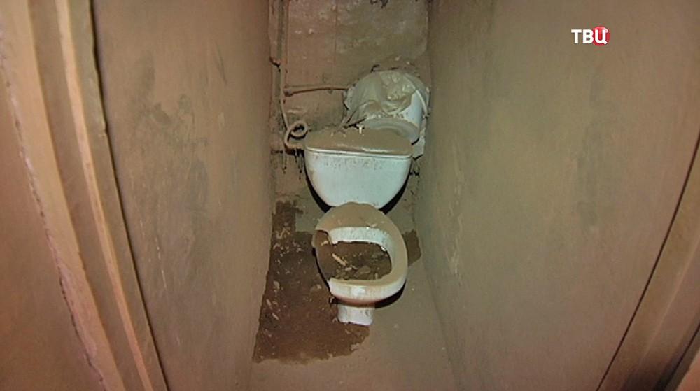 Туалет в разрушенном доме