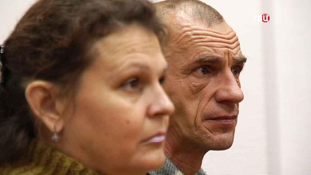 Елена Коробова, мать изъятых детей, и супруг в суде