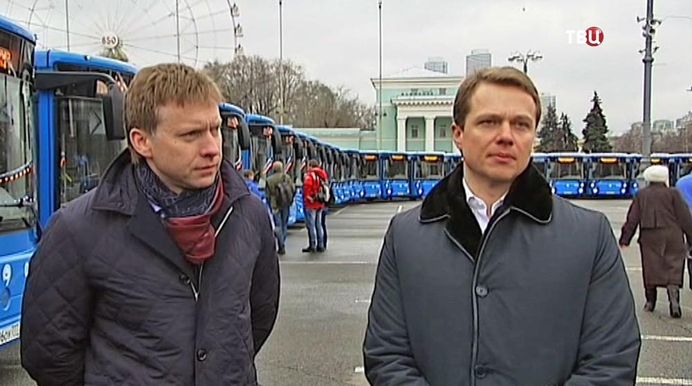 Максим Ликсутов осматривает автобусы