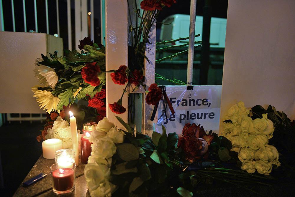 Цветы и свечи у посольства Франции в Москве в память о погибших в результате серии террористических атак в Париже