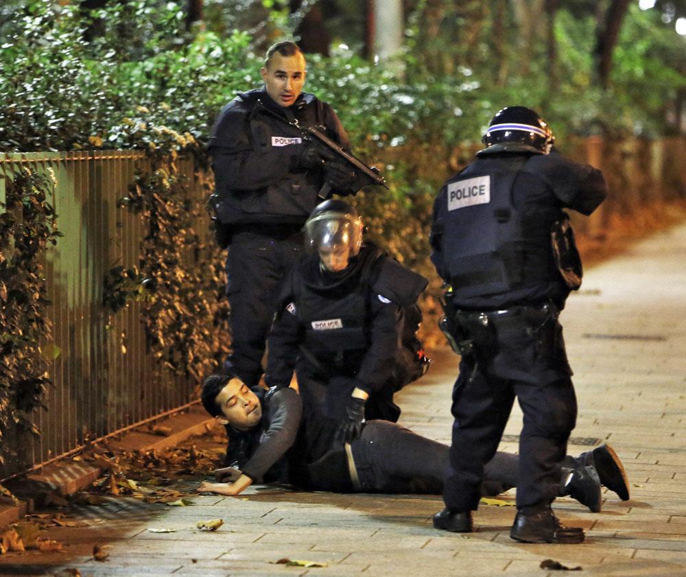 Французская полиция задерживает подозреваемоно в причасности к теракту в Париже