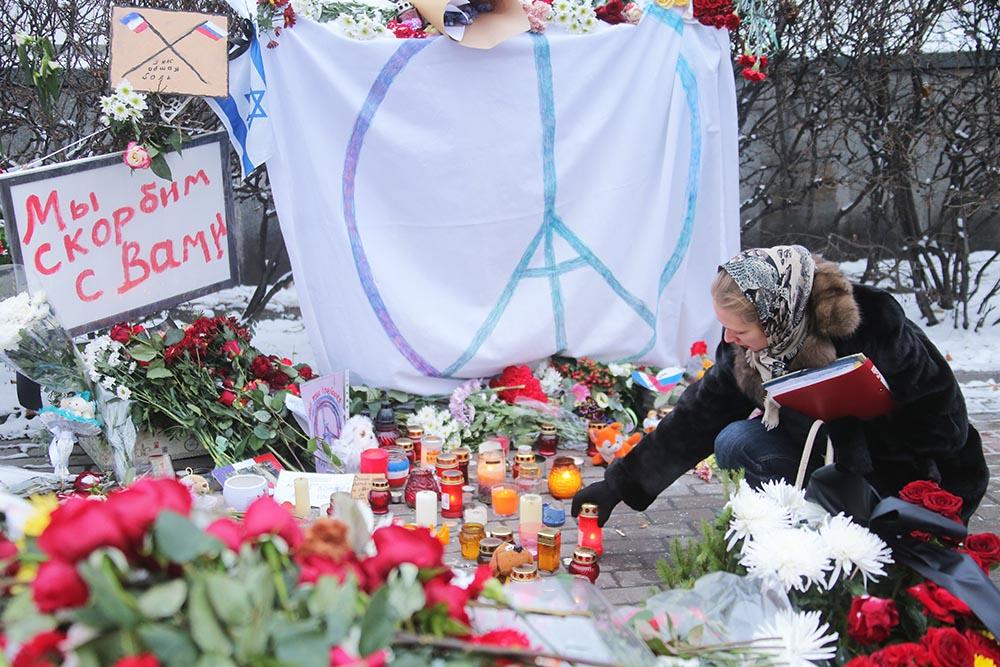 Цветы и свечи у посольства Франции в Москве в память о погибших в результате серии террористических актов в Париже