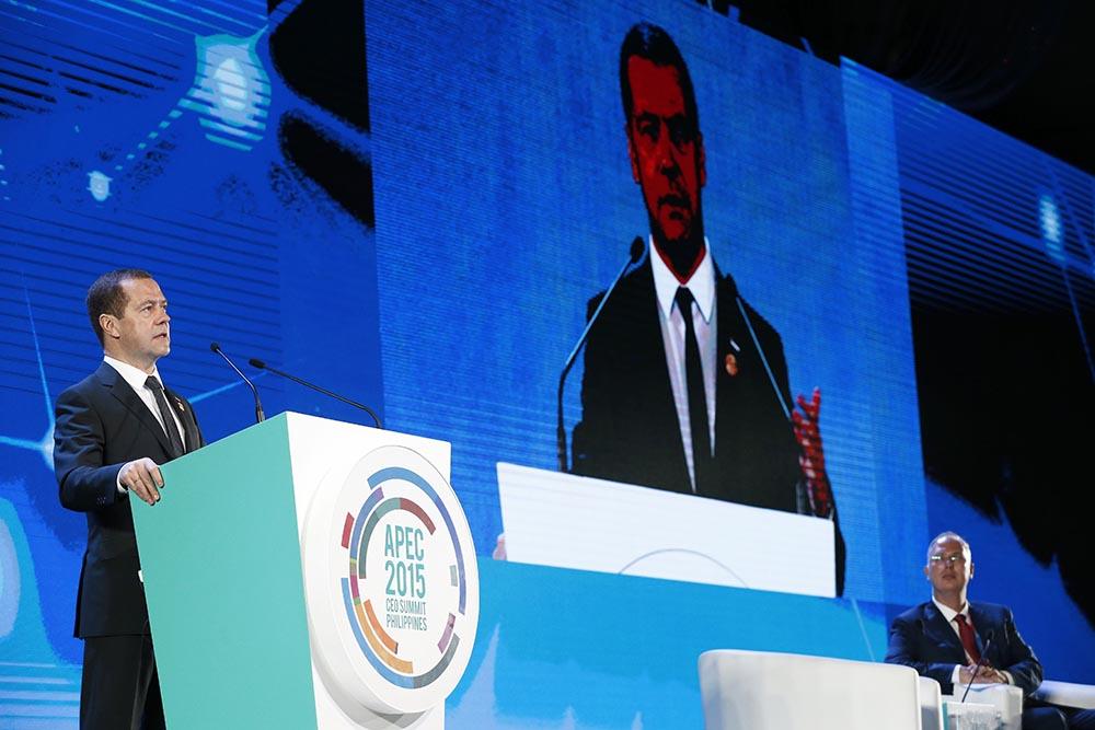 Председатель правительства РФ Дмитрий Медведев выступает на тематической сессии саммита АТЭС