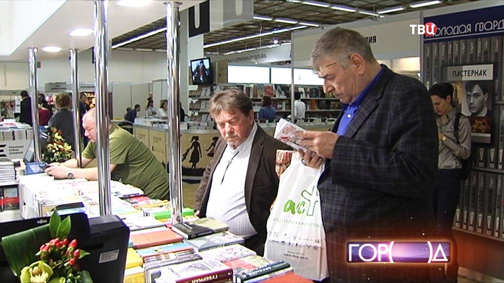 Посетители ярмарки интеллектуальной литературы нон-фикшн