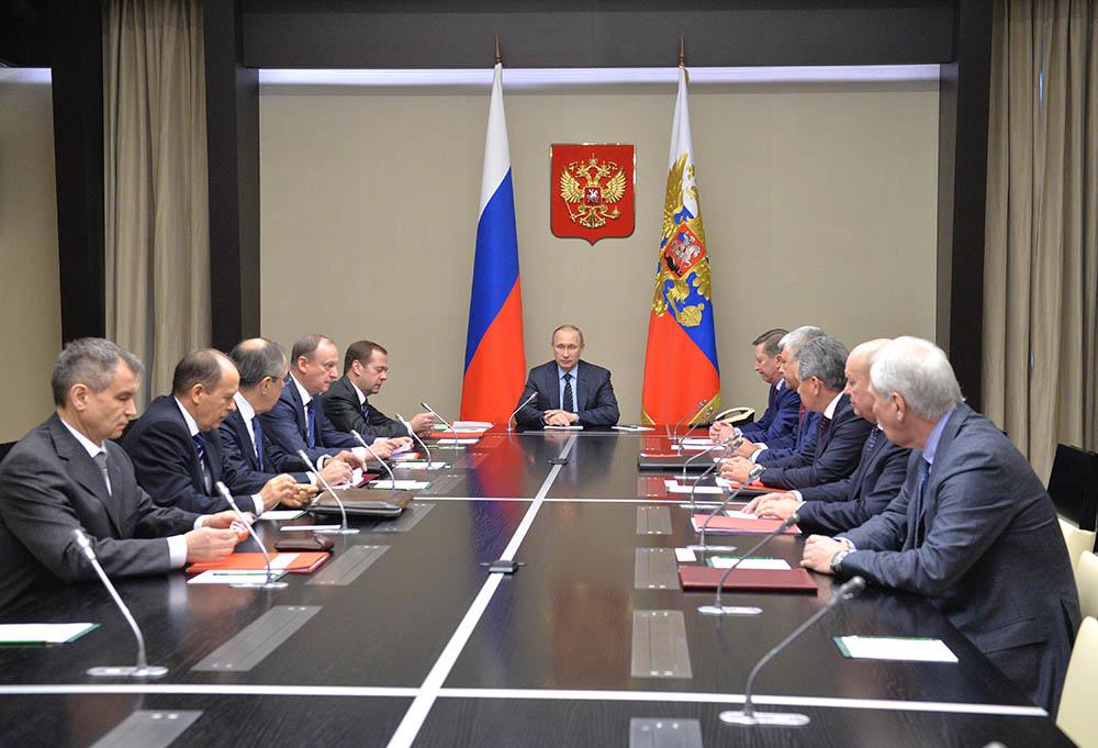 Президент России Владимир Путин проводит в резиденции Ново-Огарево совещание с членами Совета безопасности РФ