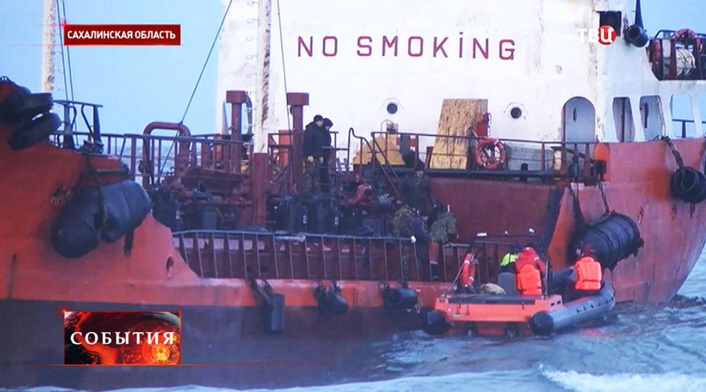 "Cевший на мель танкер ""Надежда"""