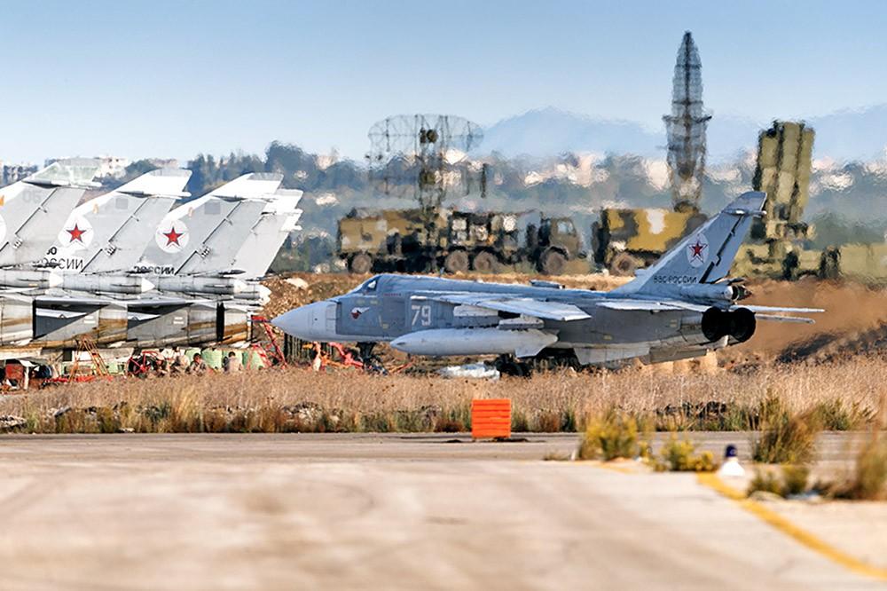 Истребитель Су-24 авиагруппировки ВКС России в Сирии