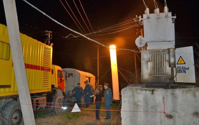 Работа сотрудников МЧС во время отключения электричества в Крыму