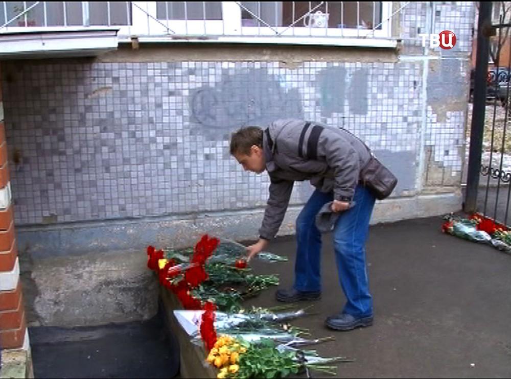 Цветы у входе в спортивный клуб в Саратове, где был убит тренер по карате