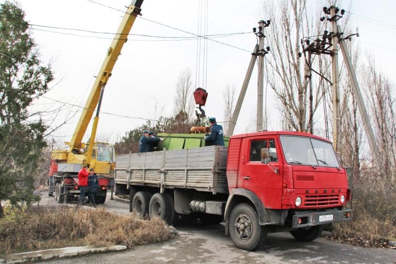 Машина с дизель-генератором во время отключения электричества в Крыму