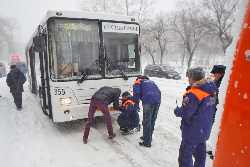 Спасатели МЧС оказывают помощь жителям Хабаровска в условиях снежного циклона