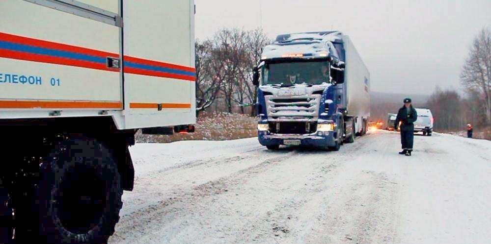 Спасатели МЧС оказывают помощь водителям грузовиков в условиях снежного циклона