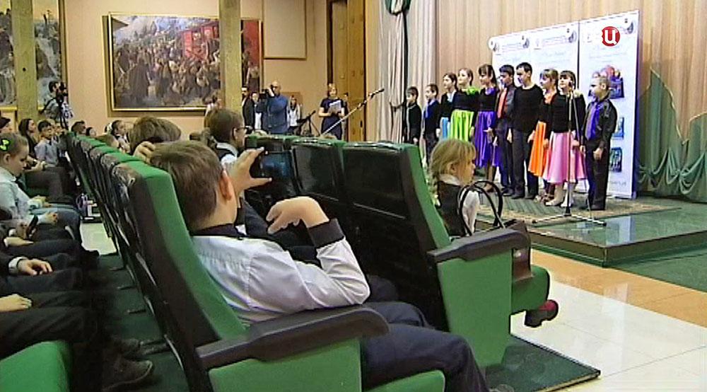 """Вручение книг """"Песни Победы"""" детям"""