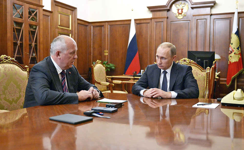 Президент России Владимир Путин и генеральный директор Госкорпорации «Ростех» Сергей Чемезов