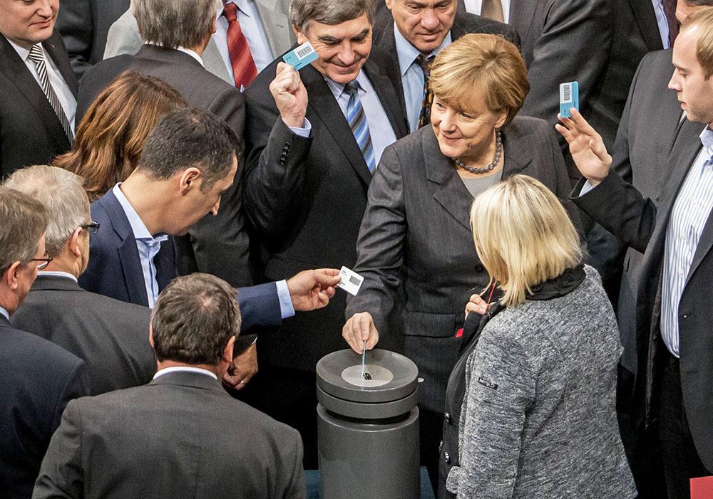 Ангела Меркель принимает участие в голосавание в парламенте за начало военной операции в Сирии